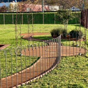 Modularer Weg aus Cortenstahl im Garten