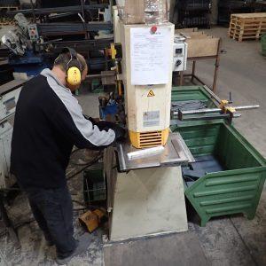 Die Platten für die doppelten Werkzeughalter werden aus 6 Meter-Längen 80x4 mm Flachstahl an der Schere auf das richtige Maß geschnitten