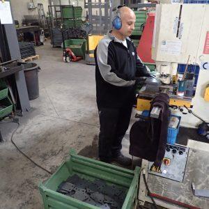 Löcher hydraulisch in die Platten stanzen