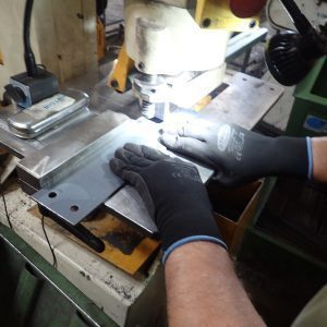 Die Platten für die doppelten Werkzeughalter werden an der Stanze gelocht