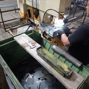 Die Platten für die einfachen Werkzeughalter werden an der Stanze gelocht