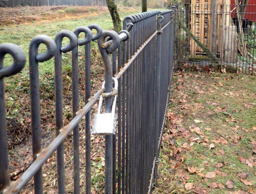 Damit sich niemand Zugang auf das Grundstück verschafft ist die Tür mit einem Bügelschloss gesichert.
