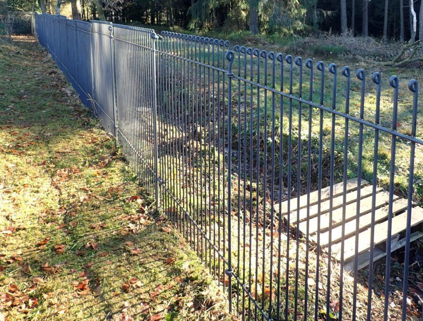 Wildzaun aus geschweißtem Stahl als Schutz für den Garten gegen Wildschweine.