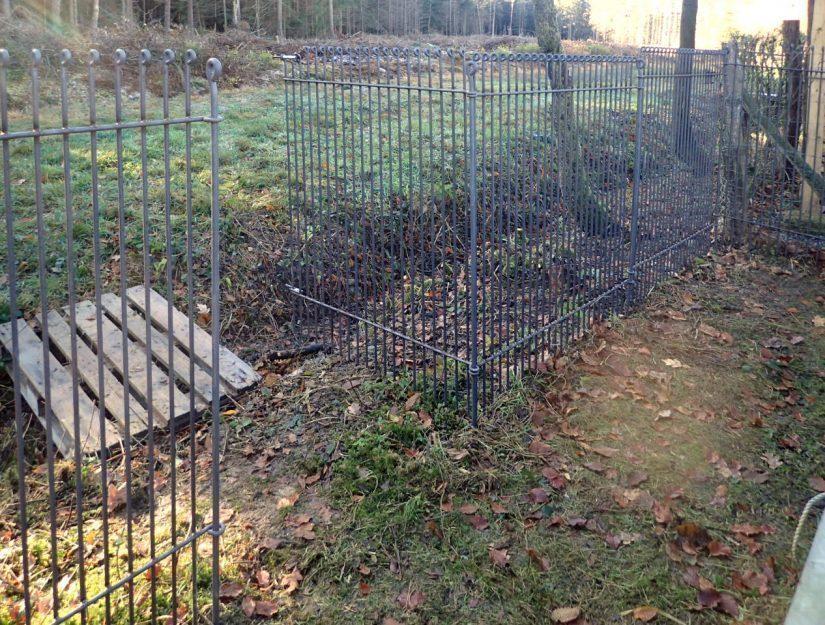 Offene Tür am 145 cm hohen Zaun, der hier am Waldrand als Wildschweinzaun eingesetzt wird.