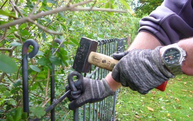 Comment puis-je ajuster ou retirer la clôture pour chiens anneau ?