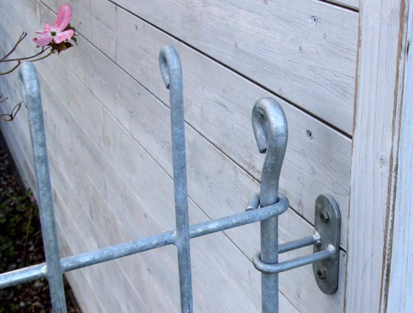 Verbindung vom Hundezaun-anneau-115-verzinkt (rostet nicht) mit dem Gartenhaus.