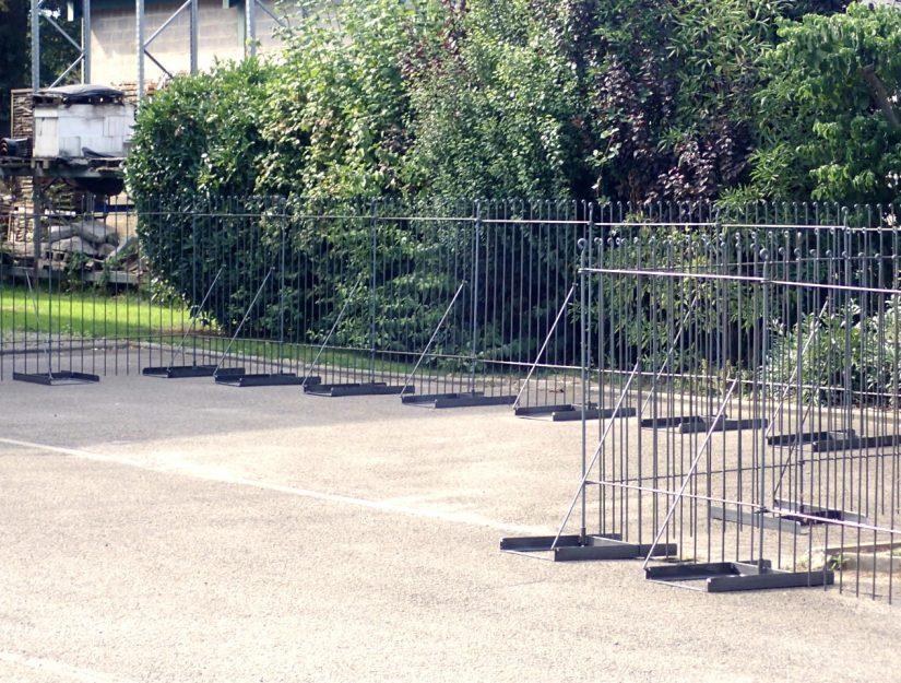 Hiermit können Sie einen Zaun auf eine Tiefgarage, Terrasse, Parkplatz, Hof, Flachdach usw. aufstellen.