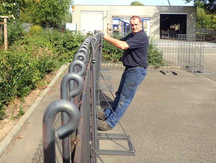 Der 145 cm hohe Zaun ist auch ohne eingelegte Steinplatten recht stabil.