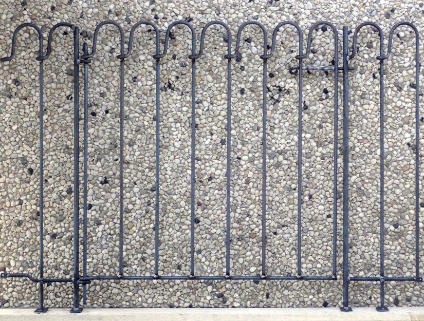 Zwei 25 cm breite Terrassenelemente mit einer 94 cm breiten Tür dazwischen.