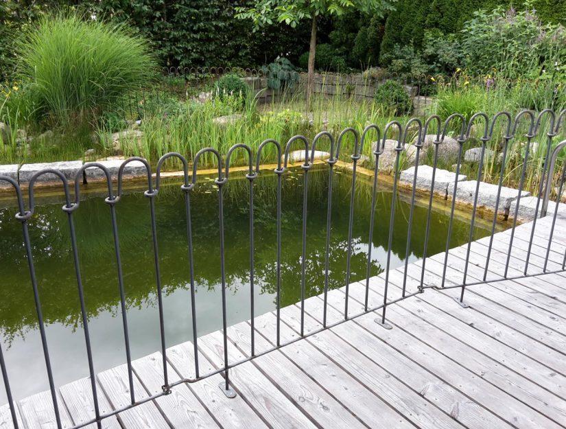 Holzdeck mit 3 Zaun-Elemente zum Aufschrauben.