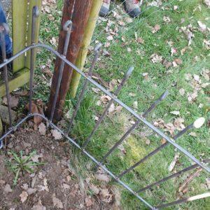Auf der Baustelle gebogene Zaunecke an einem Steckzaun