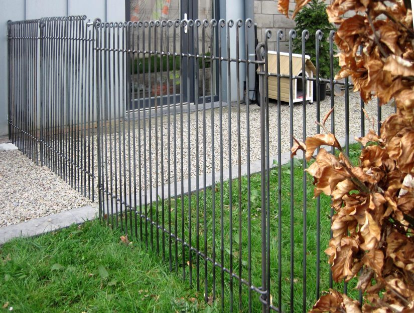 Clôture pour jardin de 115 cm de haut avec une porte brute (peut rouiller).