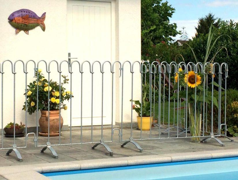 Den Zaun können Sie auf Ihrem Boden aufstellen, ohne Löcher zu bohren.