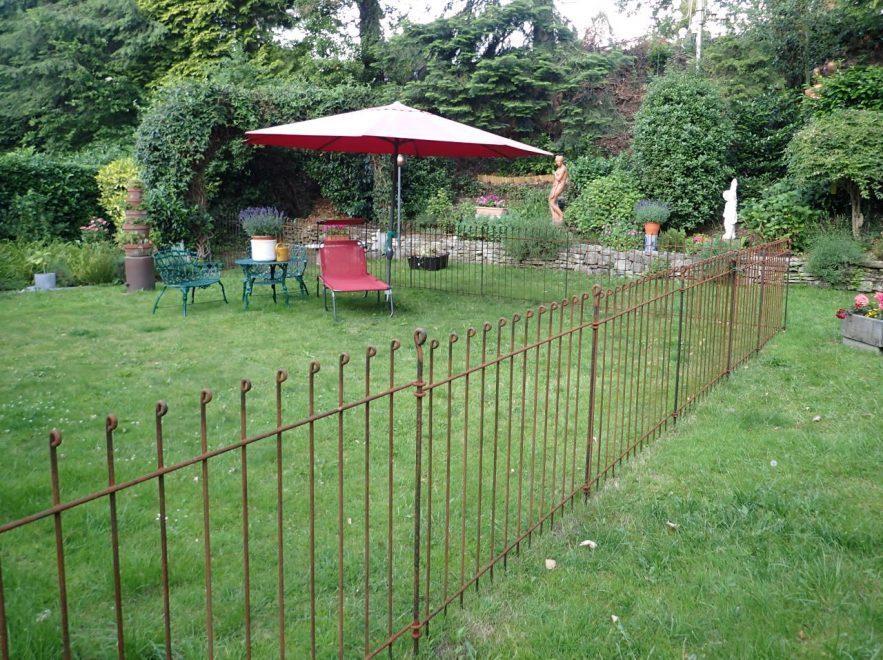 Absperrungs-Zaun für Hund im Garten aus rostendem Metall