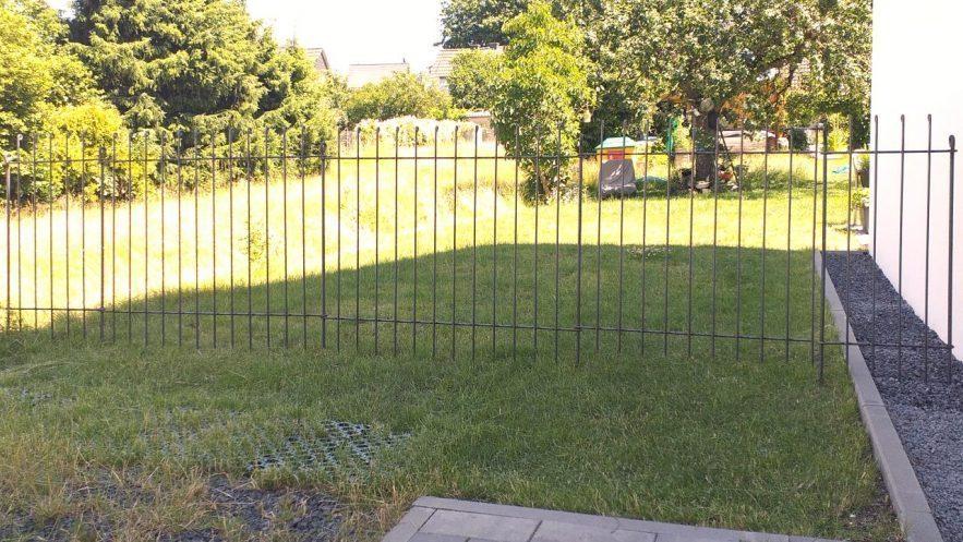 Gartenabtrennung mit Tür aus Eisen