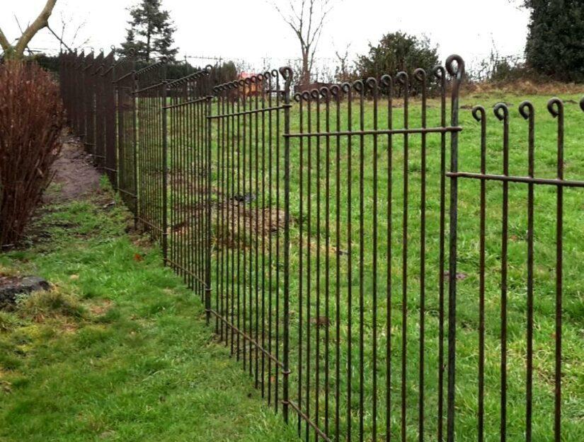 Les bâtons relient les différents éléments de la clôture et donnent à la clôture une tenue solide dans le sol.