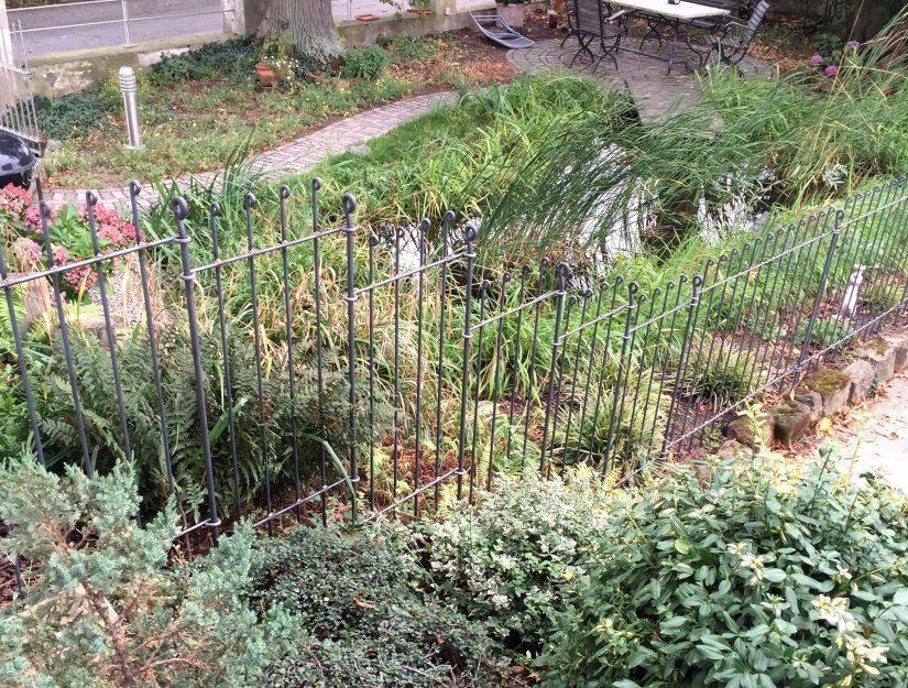 Durch schmalere Elemente in einer Breite von 51 cm konnte der Zaun problemlos in einem steilen Hang mit bis zu 66,6 % Gefälle aufgebaut werden (anneau-145-roh).