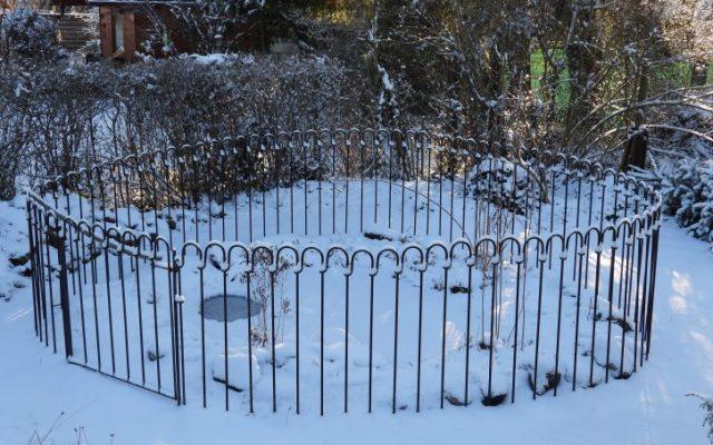 Gartenteich-Zaun im Winter bei Eis und Schnee