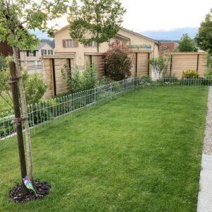 Gartenzaun verzinkt im Rasen eingesteckt