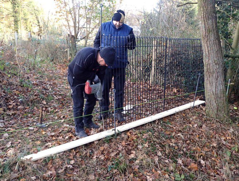 Pour les pierres ou les racines, vous devez percer avec un foret Ø 16 mm jusqu'à 500 mm de profondeur.