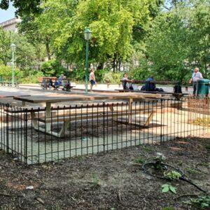 Le terrain de pétanque du parc est clôturé par un grillage de 80 cm de haut.