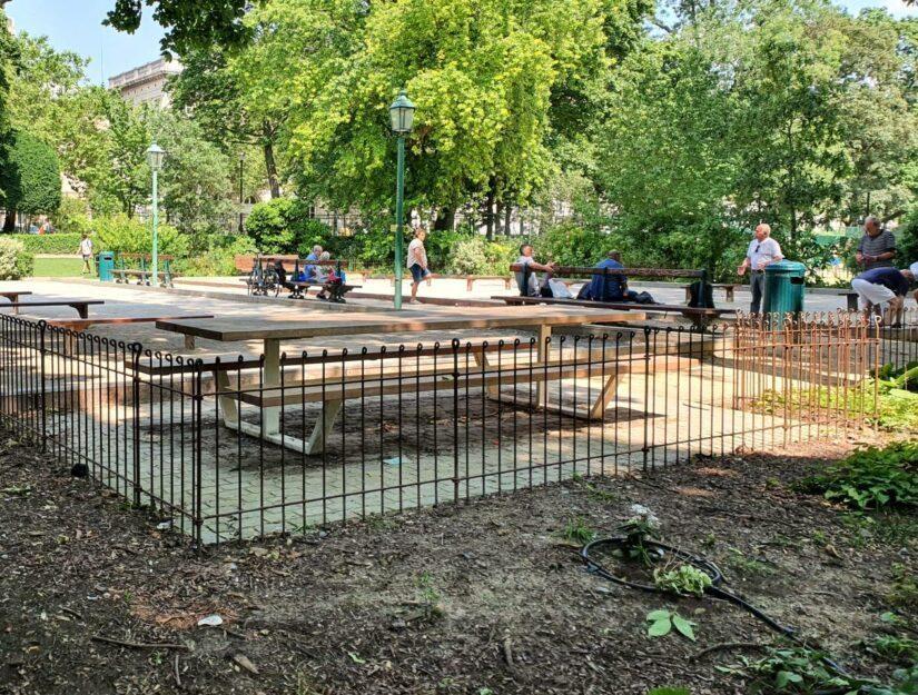 Le terrain de pétanque du parc est clôturé avec la clôture anneau-80-brut.