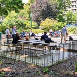 Der Petanque Platz im Park ist mit einem 80 cm hohen Zaun eingezäunt