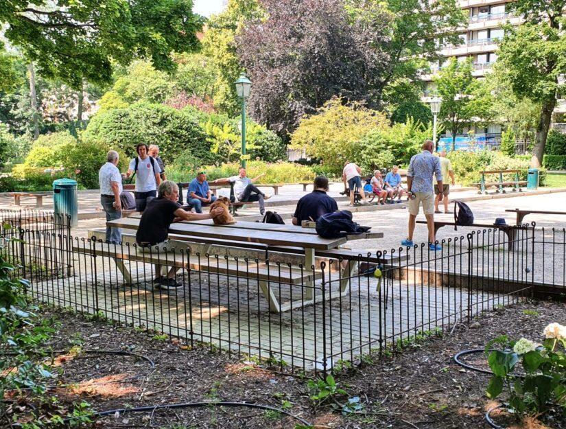 Der Petanque Platz im Park ist mit dem anneau-80-roh Zaun eingezäunt.