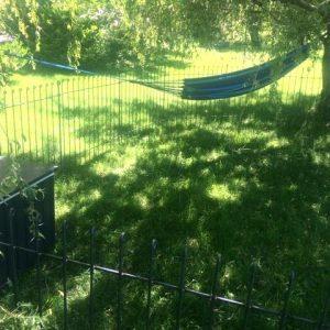 Abgesteckter Bereich auf dem Rasen für das Kind.