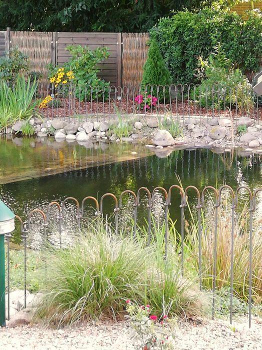Zaun als Schutz für Kinder vor einem großen Badeteich