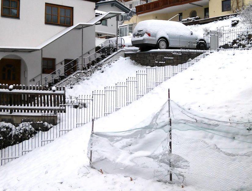 Im steilen Hang ist der Zaun mit Elementen anneau-115-roh 51 cm breit aufgebaut (bis 43,2 %).