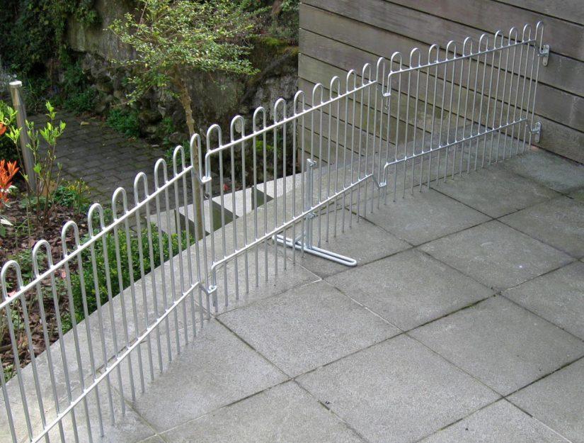 Die Terrassengitter wurden an der Wand befestigt. Hierfür benötigen Sie 2 Wandhalter pro Wandanschluss, damit eine ausreichende Stabilität gewährleistet ist.