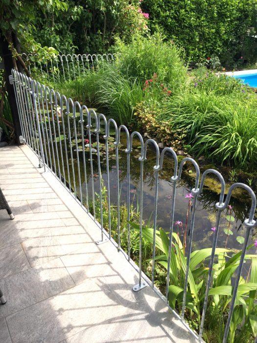 Zaun zwischen Terrasse und Gartenteich aufgeschraubt