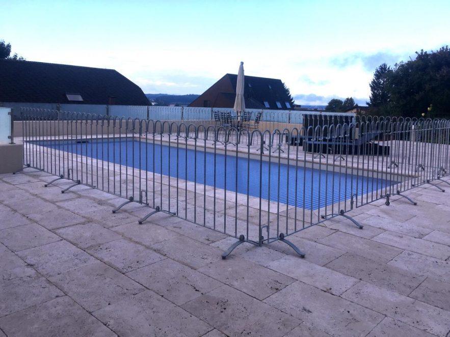 Kindersicherer Zaun um einen Terrassenpool aufgestellt