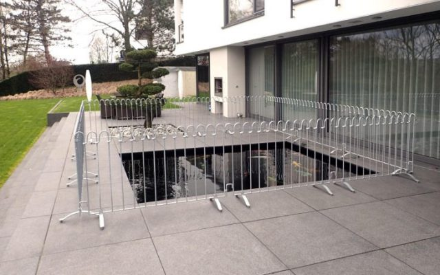 Kinderschutz-Zaun um ein Koibecken