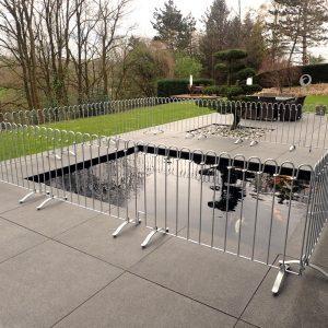 Der Kindersichere Zaun wird um das Koibecken aufgestellt