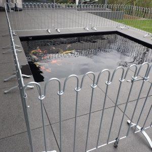 Der Kindersichere Zaun wird um das Wasserbecken aufgestellt