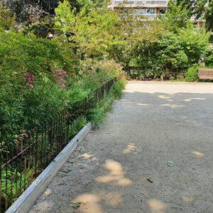 Les clôtures sont construites entre la cour et les plantations.