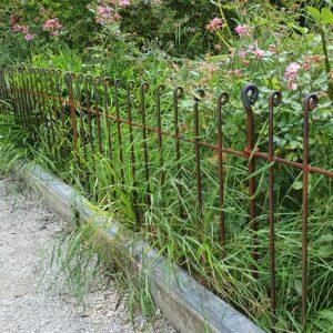 Die Gitter sind zwischen dem Platz und den Anpflanzungen aufgebaut