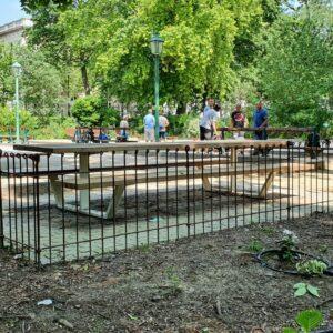 """Petanque spielen im Stadtpark auf einer eingezäunten Boule Bahn """"anneau-80-roh""""."""