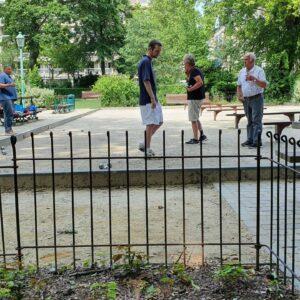 In einem großen Brüsseler Park gibt es einen eingezäunten Petanque Platz