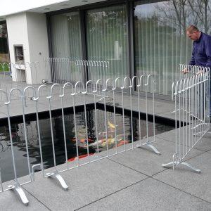 Der Kindersichere Stellzaun wird um das Wasserbecken aufgestellt