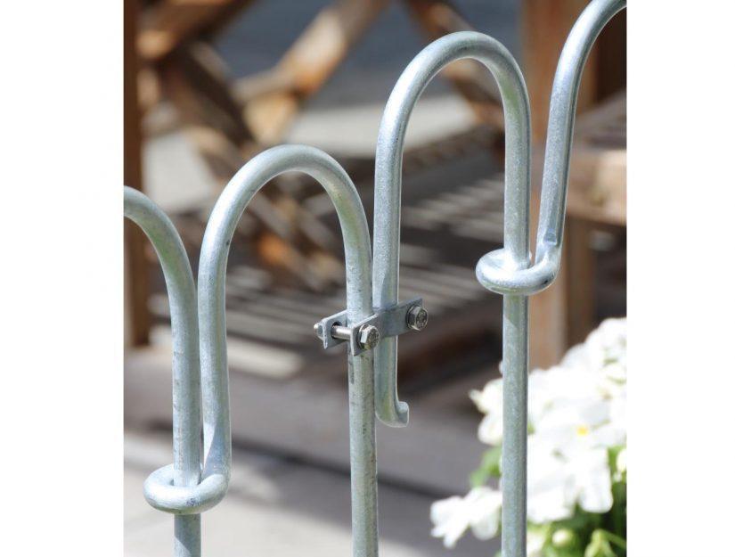 Les étriers de liaison ne sont nécessaires qu'en liaison avec la clôture étang light, sur le côté gauche des éléments de fixation de la piscine.