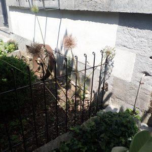 Der Zaun ist mit einem Halter an der Wand befestigt