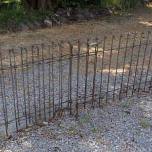 Die Steckzaun-Tür ist ganz geöffnet und auf der Bodenrolle abgestützt