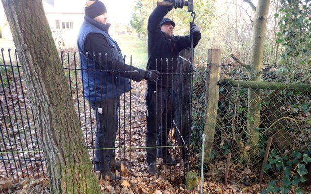 Assemblage de clôture sur terrains difficiles