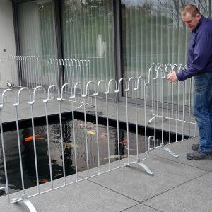 Zaun-Aufbau um ein Wasserbecken