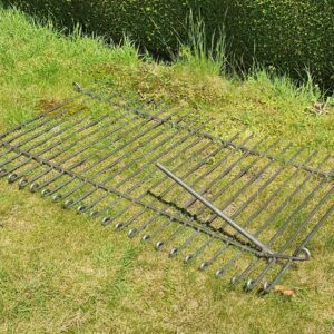 Mit einer Richtgabel, den Zaun aus Eisen biegen