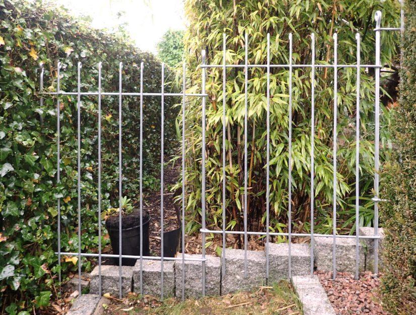 82,5 cm breite Elemente mit dem Gartenzaun anneau-115-verzinkt schaffen bis zu 24,9 % Gefälle.