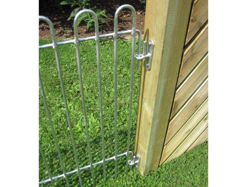 Die Wandhalter für die Zaungitter rabbit sind für beide Zaunenden geeignet. Hier wird das nach unten gebogene Zaunende an der Wand befestigt.